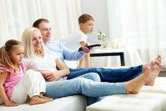 Смотреть телевидение Стоковые Изображения