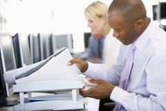 смотреть торговца штока обработки документов однако Стоковое Изображение RF