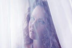 смотреть унылую женщину окна Стоковое Фото