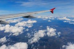 Смотреть через воздушные судн окна во время полета в крыло с славным голубым небом Стоковые Фотографии RF
