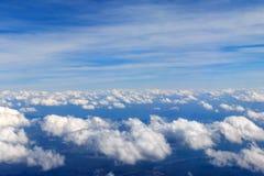 Смотреть через воздушные судн окна во время полета в крыло с славным голубым небом Стоковое Изображение RF