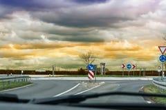 Смотреть через лобовое стекло автомобиля на дороге Стоковая Фотография