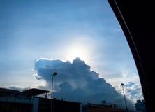 Смотреть через окно автомобиля на Солнце за облаком на дороге в evenin Стоковые Фото