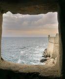 Смотреть через окно в стене Дубровника стоковые изображения