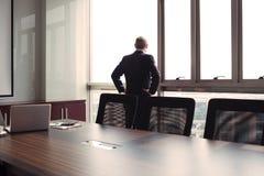 Смотреть через окно офиса стоковое фото