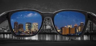 Смотреть через стекла к городу вечером Стекла световой слепоты, умная стеклянная технология иллюстрация вектора