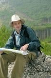 смотреть hiker составляет карту вне trekking Стоковое Фото