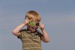 смотреть kaleidoscope мальчика Стоковые Фотографии RF
