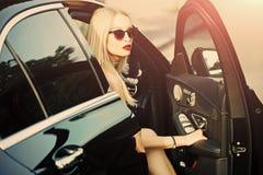 Смотрите на девушку или женщин моды в вашем вебсайте Портрет стороны девушки в ваше advertisnent Перемещение и каникула стоковые фото