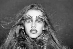 Смотрите на девушку или женщин моды в вашем вебсайте Портрет стороны девушки в ваше advertisnent Девушка в меховой шыбе Стоковая Фотография RF
