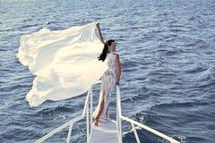 Смотрите на девушку или женщин моды в вашем вебсайте Портрет стороны девушки в ваше advertisnent Невеста на солнечный ветреный де Стоковая Фотография RF