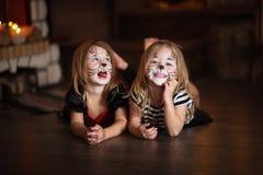 Смотрите на котов темной предпосылки девушек картины, концепции праздника dar Стоковое Изображение RF