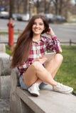 Смотрите на портрет молодой женщины используя ПК таблетки Стоковые Фото