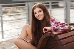 Смотрите на портрет молодой женщины используя ПК таблетки Стоковая Фотография RF