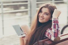 Смотрите на портрет молодой женщины используя ПК таблетки Стоковое фото RF