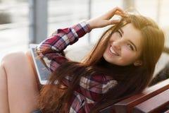 Смотрите на портрет молодой женщины используя ПК таблетки Стоковое Изображение RF