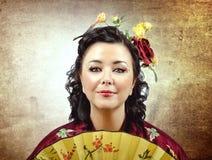 Смотрите на портрет стилизованной женщины кимоно с вентилятором стоковая фотография