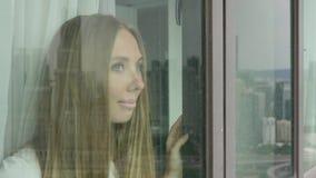 смотрит женщину окна акции видеоматериалы