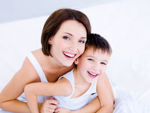 смотрит на ее смеясь над сынка мати Стоковое Изображение