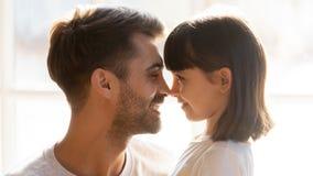 Смотрит на любящего отца и прелестной дочери касаясь носам стоковое фото