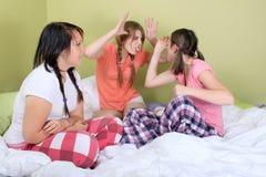 смотрит на смешной делать девушок Стоковые Фотографии RF