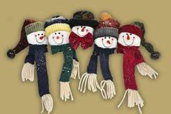 смотрит на снеговик семьи счастливый Стоковая Фотография