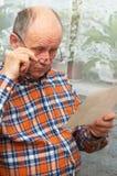 смотрит осадку старшия фото человека Стоковые Фото