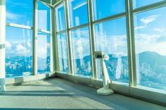 Смотровая площадка Sky100 с красивым горизонтом города Гонконга стоковая фотография rf