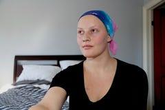 Смотрят, что встает на сторону портрет молодого онкологического больного в головном платке Стоковое Фото