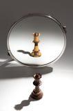 Смотрят, что в зеркале видит черный ферзь черно-белый покрашенный ферзь Стоковая Фотография RF