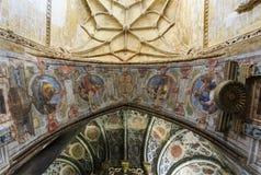 Смотрящ вверх высокорослый и superbly украшенный триумфальный свод стоковое изображение rf