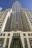 Смотрящ вверх в центре Рокефеллер, Нью-Йорк, Нью-Йорк с американским флагом Стоковые Фотографии RF