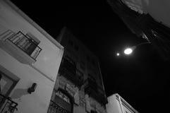 Смотрящ вверх между жилыми домами в Севилье на ноче, Spai Стоковая Фотография