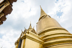Смотрящ вверх на виске пагоды золота изумрудного Будды, грандиозный приятель Стоковое Изображение