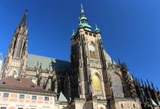 Смотрящ вверх на замке Праги, чехия стоковая фотография