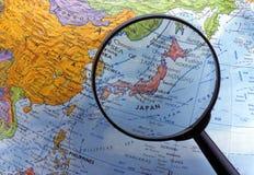 Смотрящ глобус используя лупу (область Азии) Стоковое фото RF