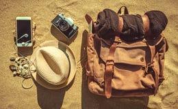 Смотрящ изображение путешествовать концепция, необходимые детали каникул стоковые изображения rf