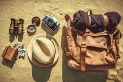 Смотрящ изображение путешествовать концепция, необходимые детали каникул стоковое изображение