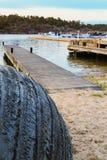 Смоленая шлюпка в рыбацком поселке шведского архипелага прибрежном Стоковое Изображение