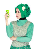 Смутите или сотрясл выражение пока смотрящ к мобильному телефону стоковые фото