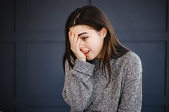 Смущенная молодая женщина покрывая ее сторону стоковые фотографии rf