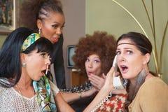 Смущенные дамы на телефоне стоковая фотография