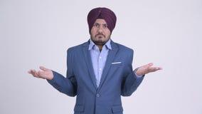 Смущенный бородатый индийский сикхский бизнесмен shrugging плечи акции видеоматериалы