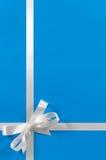 Смычка ленты подарка границы подарка рождества vert предпосылки белого голубое Стоковая Фотография