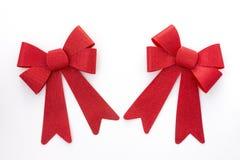 2 смычка праздника красного цвета двинутого под углом к одному другое Стоковое Изображение RF
