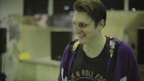 Смычки конькобежца ролика, прогулка к хозяину для награды Конкуренция в skatepark смелости Победитель аплодируют акции видеоматериалы