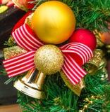 Смычк-узел Нового Года от красной, белизны и ленты золота Стоковое Изображение RF