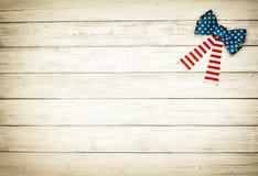Смычок американского флага на белой деревенской предпосылке доски с комнатой или космос для экземпляра, текста Горизонтальный обр Стоковое фото RF