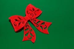 Смычок войлока красного цвета на зеленом цвете Стоковая Фотография
