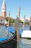 смычок гондолы и на заднем плане колокольня Сан m Стоковое Фото